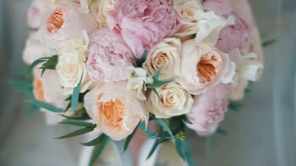 Brautstrauß aus Rosen und Pfingstrosen. Brautstrauß am Hochzeitstag ...