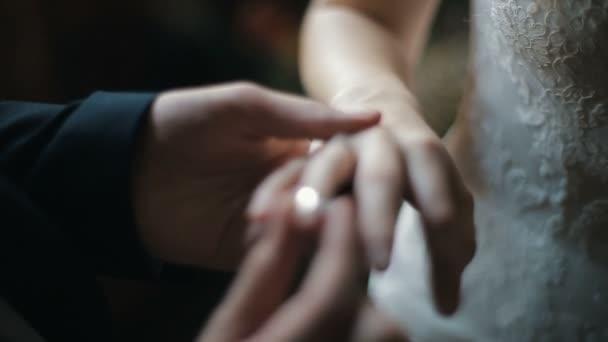 Der Brautigam Bringt Den Ehering Am Finger Der Braut Ehe Hande Mit Ringen Die Braut Und Brautigam Wechseln Hochzeit Ringe