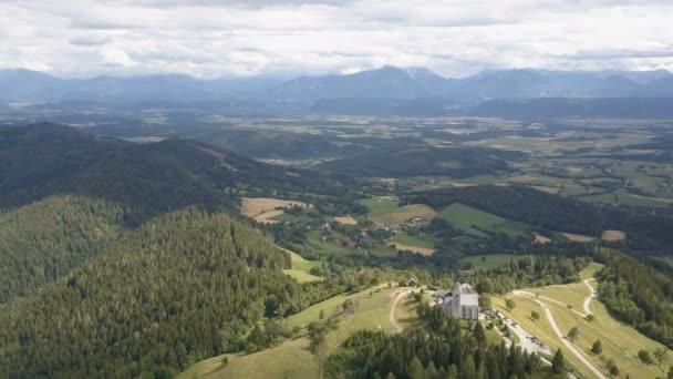 Letecký pohled na Magdalensberg, Korutany, Rakousko. Hory jako pozadí