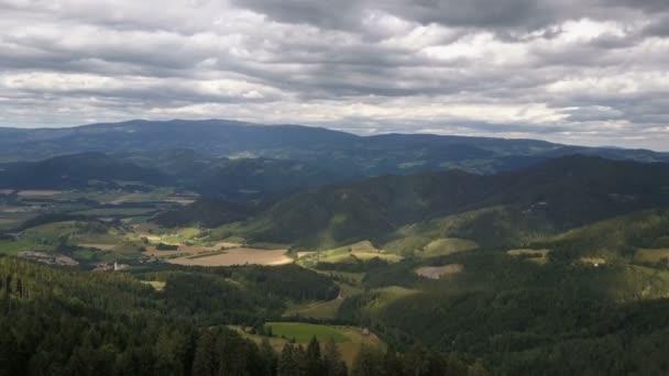 Letecké panorama v okolí Magdalensberg, Korutany, Rakousko. Krásné hory na obzoru