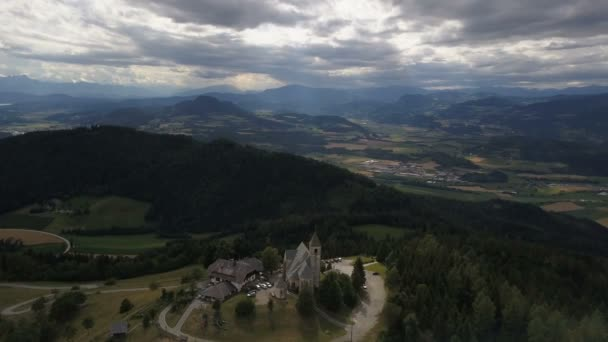 Let kolem starobylého kostela na hoře. Letecký pohled na Magdalensberg, Korutany, Rakousko. Krásné hory na obzoru