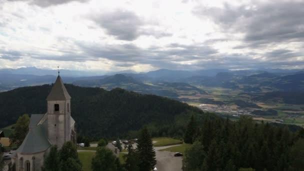 Letu nad starobylého kostela na hoře. Letecký pohled na Magdalensberg, Korutany, Rakousko. Krásné hory na obzoru