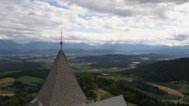 Let v blízkosti starobylého kostela na hoře. Letecký pohled na Magdalensberg, Korutany, Rakousko. Krásné hory na obzoru