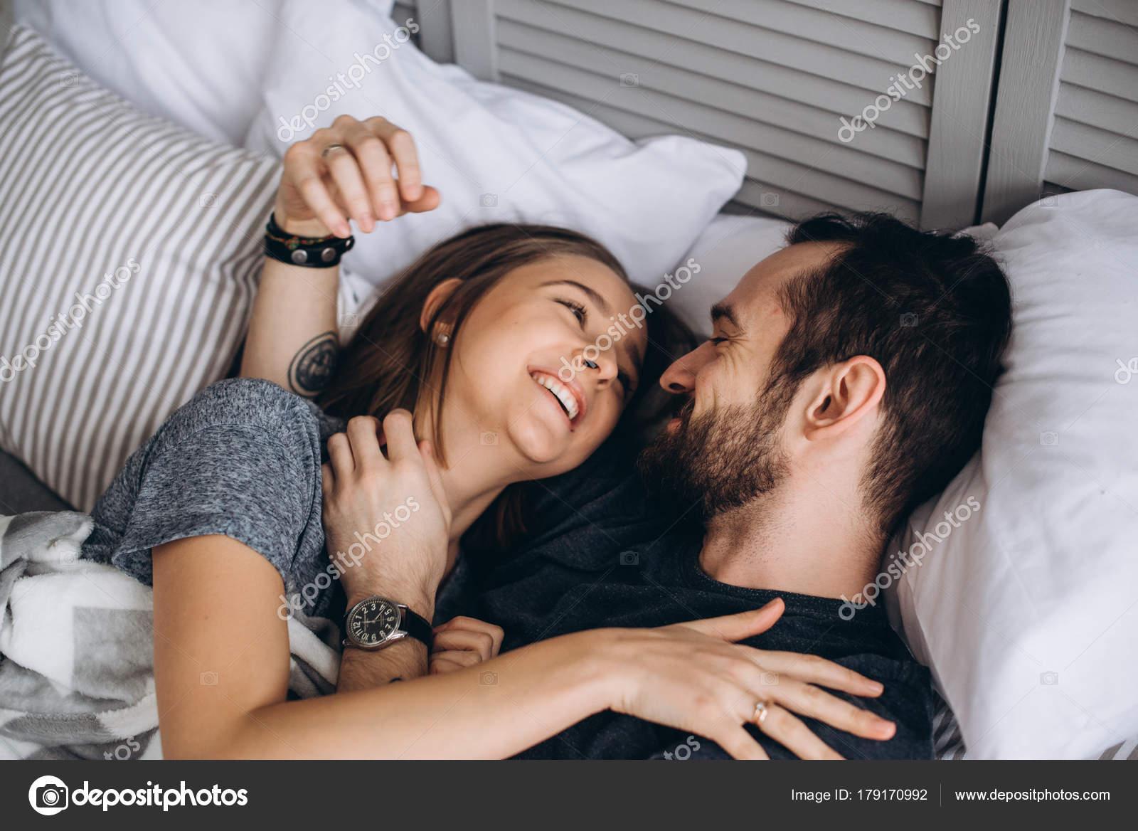 Приеме как любить жену в кровати девушка натурщица