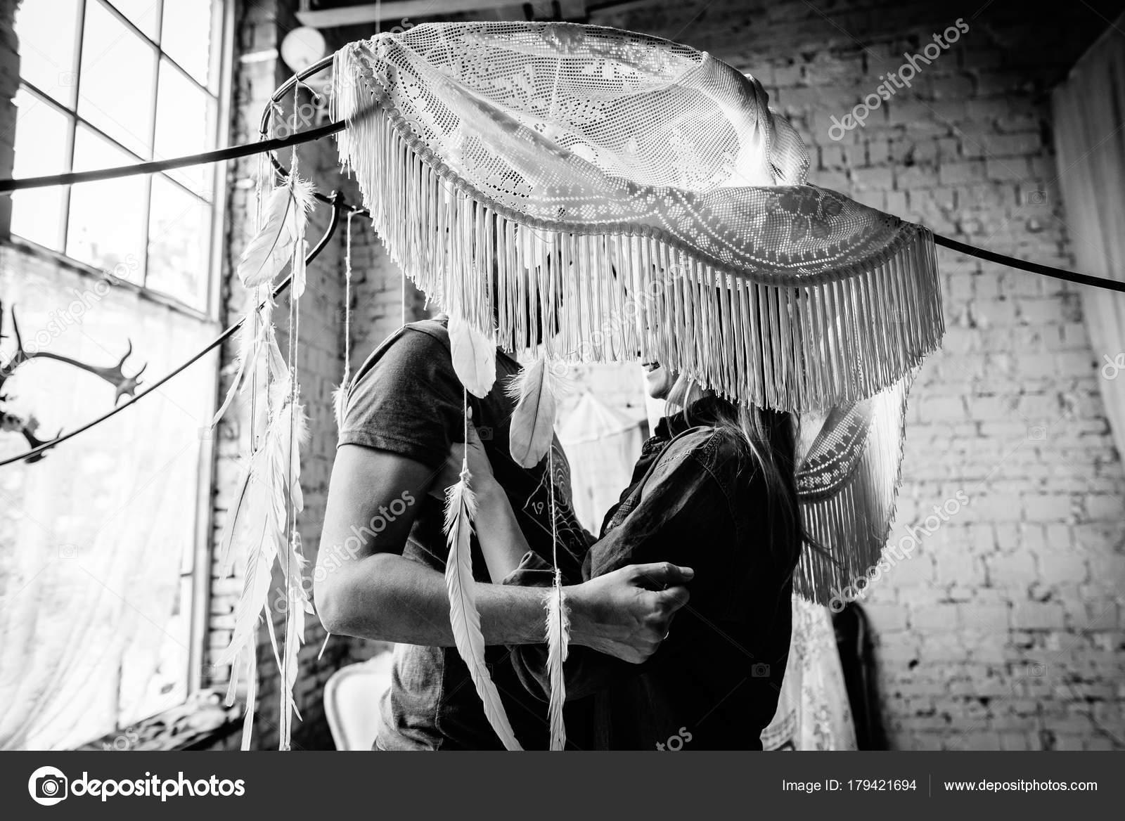 foto preto branco casal eles abraçam outro escondendo atrás cortina