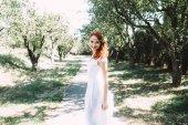 Fényképek Portréja egy esküvői ruha a gyönyörű menyasszony. A vörös hajú menyasszony nevet