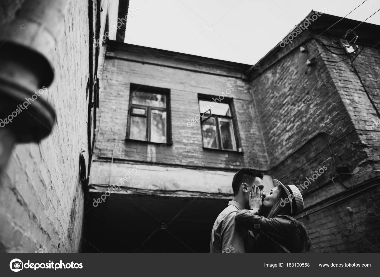 Картинка парень с девушкой страстно целуются