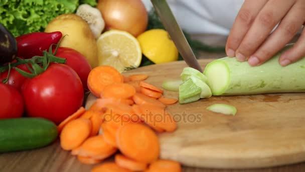 Szakács vágás cukkini más zöldségekkel, a konyhában