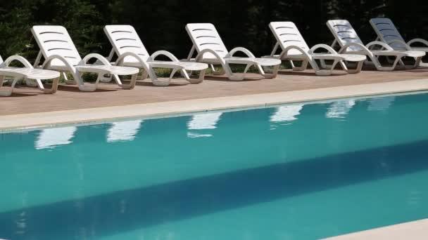Schwimmbad mit Liegestühlen