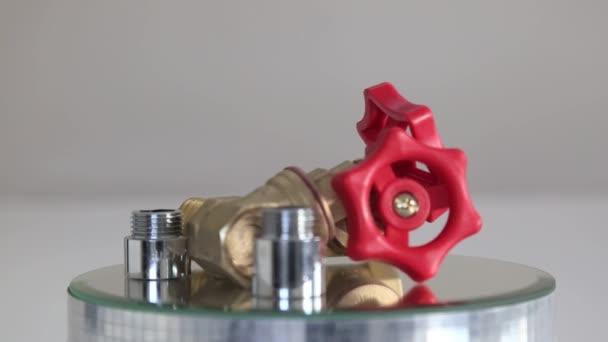 Červený ventil. Vodovodní kohoutek