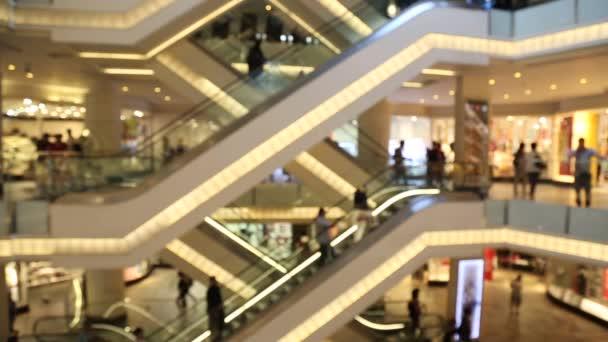 Lidé používající eskalátor v centru Shopping Mall