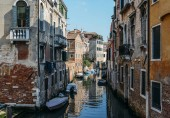Fotografia Colourful and relaxing canal in Venice, Veneto, Italy.