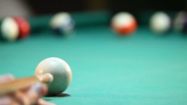 Americký kulečník, pool stick zasáhne bílou kouli zaměření na bílé koule