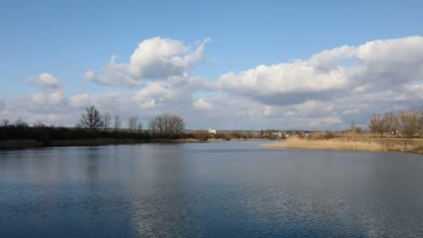 krásný time-lapse na jezeře s modrou oblohou a bílými mraky