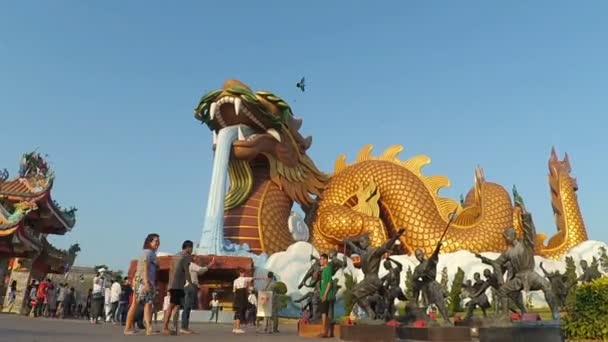Az emberek ünnepelni Szilveszter 2017 sárkány leszármazottai Múzeum parkjában