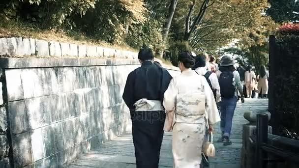 Turistické a japonský pár s tradičními Yukata a Kimono navštivte buddhistický Kiyomizu-Dera temple