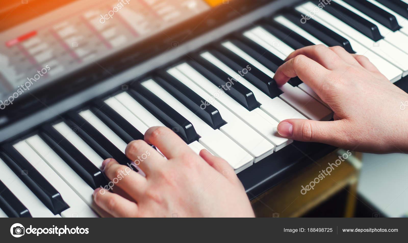 Zbliżenie Dłoni Wykonawca Muzyki Gra Na Pianinie Człowiek S Hand