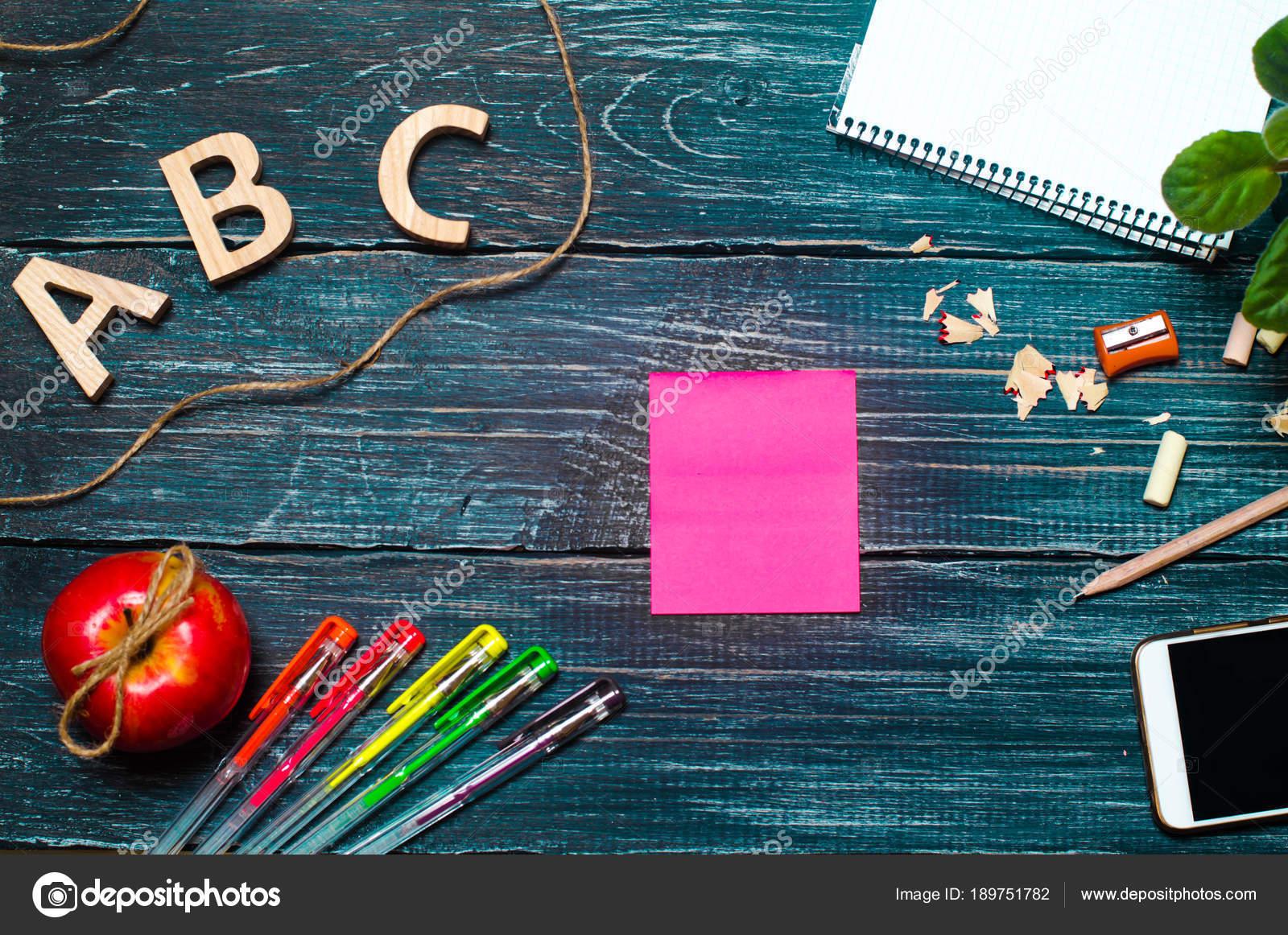 Bureau de l élève sur une commission scolaire un fond en bois