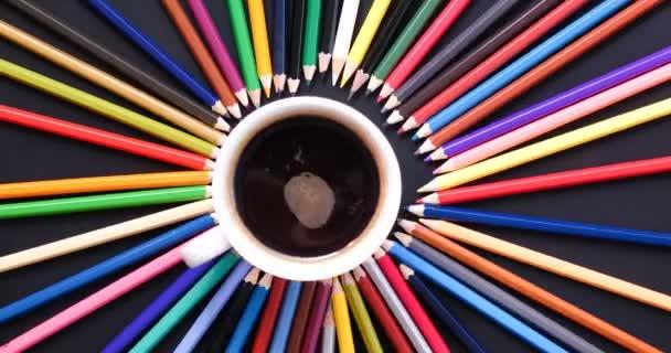 horní pohled stop pohyb barevné tužka a šálek kávy na černém pozadí