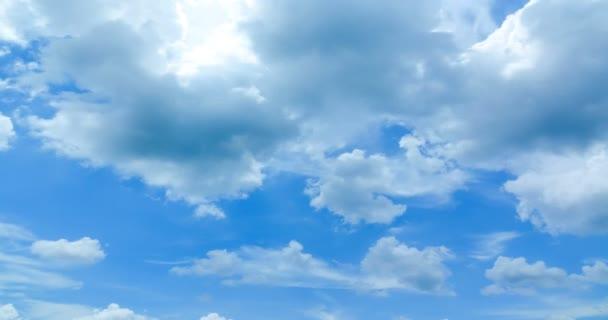 Zeitraffer am Wolkenhimmel, Wolkenbewegungen und Sonnenlicht.