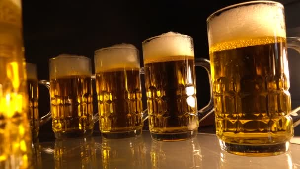 Gruppe Bierglas mit Luft schwimmenden Blasen, goldenen Farbton auf schwarzem Hintergrund.