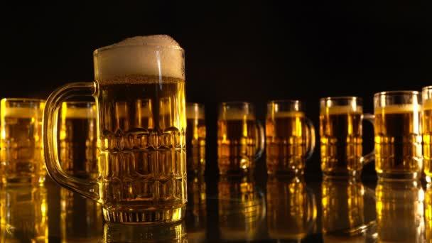 skupinové pivo sklo se vzduchem plovoucí bubliny, zlatá barva tón na černém pozadí.