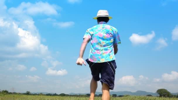 ein Mann springt Zeitlupe und Wolkenhimmel Hintergrund. zufrieden mit Urlaub oder Urlaubstag im Sommer.