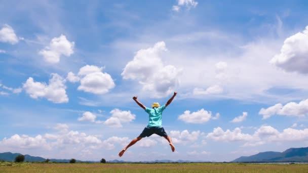 cinemagraph člověka a mrak nebe čas vypršel. šťastný s dovolenou nebo dovolenou den v letním čase.