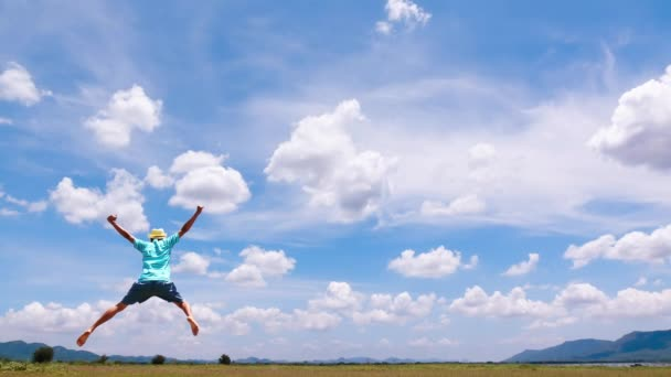 Kino eines Mannes und Wolkenhimmel-Zeitraffer. zufrieden mit Urlaub oder Urlaubstag im Sommer.