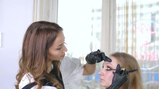 Szempilla hosszabbítás. Hamis szempillák. Szempilla-hosszabbítási eljárás. Szoros portré egy női szemről, hosszú szempillákkal. Szakmai stylist meghosszabbítása női szempillák. Mester és ügyfél egy szépség