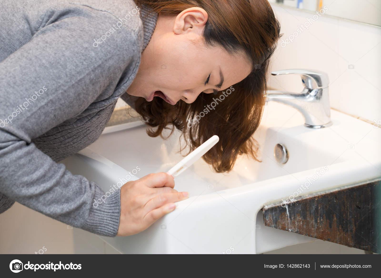 Vasca Da Bagno Gravidanza : Donna che controlla il kit per il test di gravidanza in bagno e
