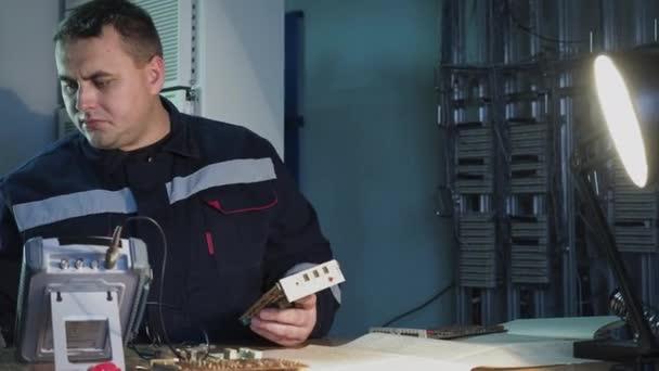 Práce profesionálních elektronických inženýrů pájecích obvodů čip pomocí průmyslového nástroje