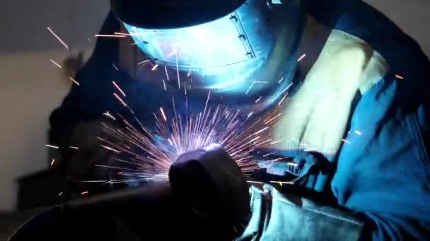 Výroba řemeslné práce pomocí svářecího nástroje na výrobní lince těžkého průmyslu