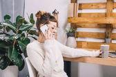 lány beszél a smartphone-ban hivatal és a gazdaság kupa