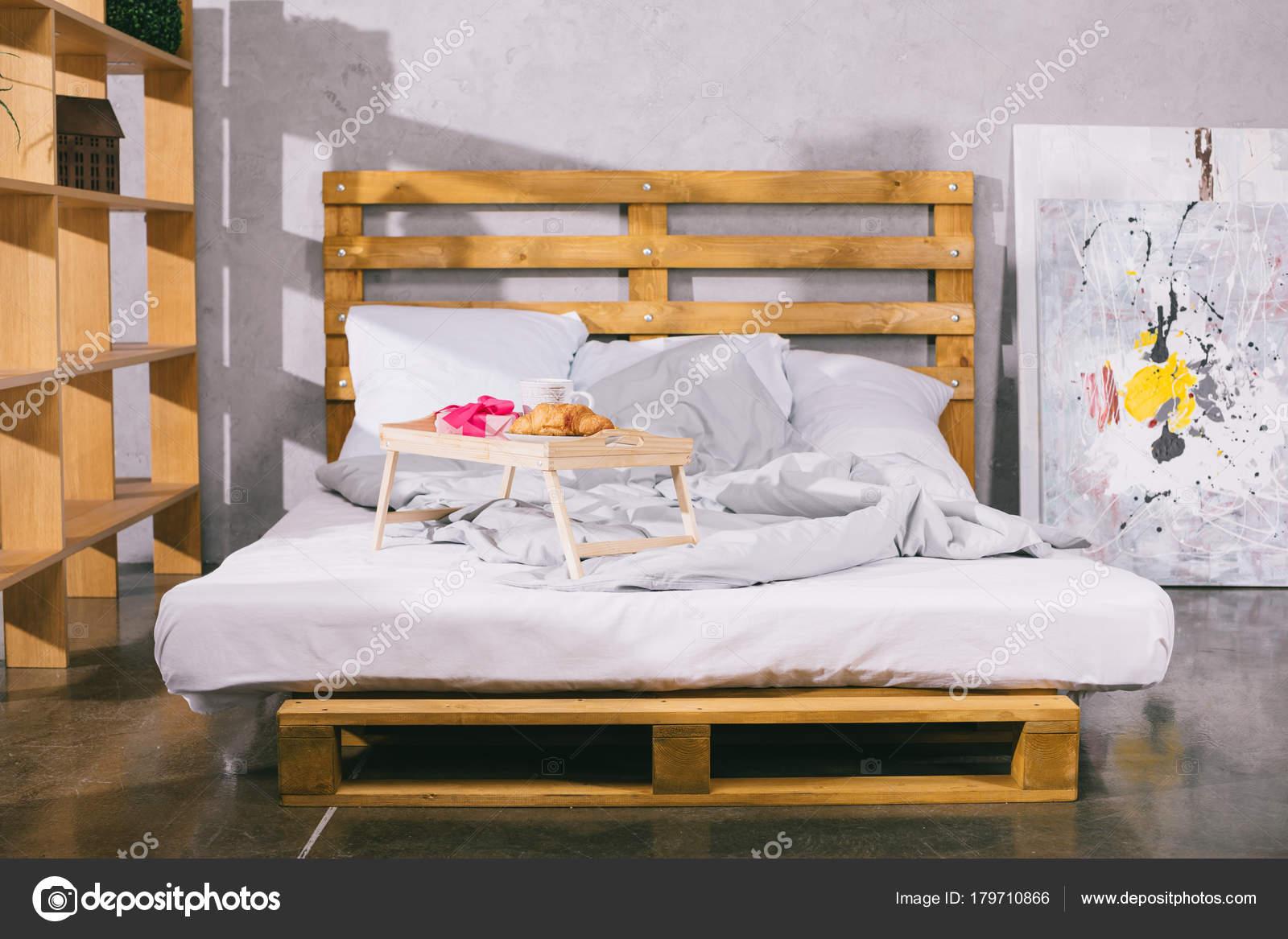 Bed Van Pallets : Dienblad met ontbijt huidige vak bed van pallets u stockfoto