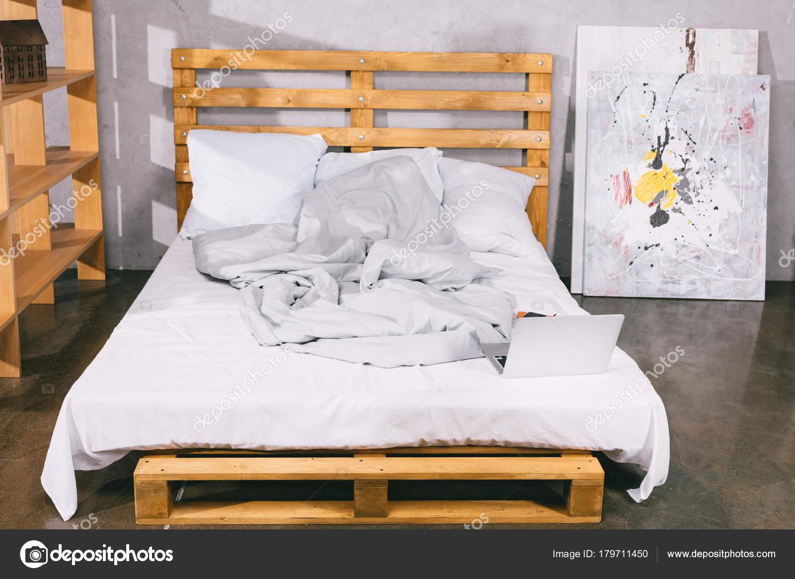 Bed Van Pallets : Laptop bed van houten pallets slaapkamer u stockfoto