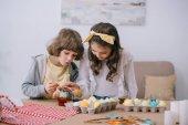 Fotografie entzückende Kinder bemalen von Ostereiern