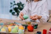 levágott lövés a gyermek húsvéti tojásfestés
