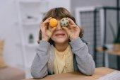 Fotografie kleines Kind für Augen mit Ostereiern