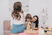 Fotografie Kinder bemalen von Ostereiern Mutter zu Hause mit Mutter