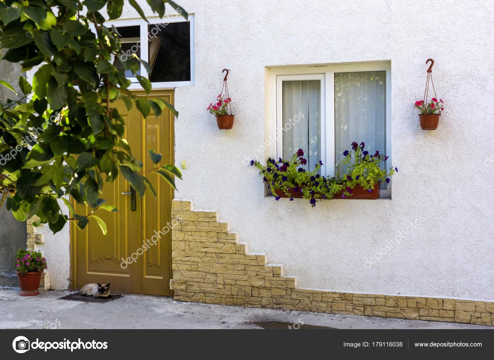 Huis huis gevel versierd met natuurlijke bloemen u2014 stockfoto