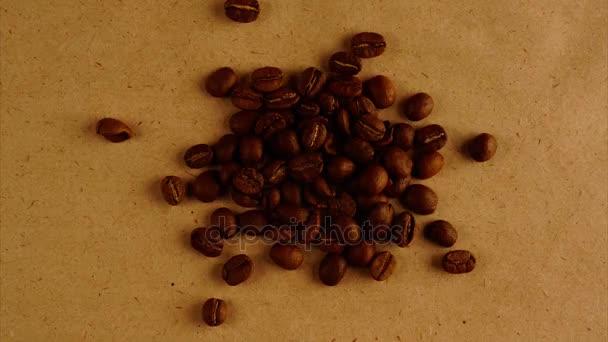 Haufen von Kaffeebohnen auf grobe Hintergrund-Slow-Motion-Konzept