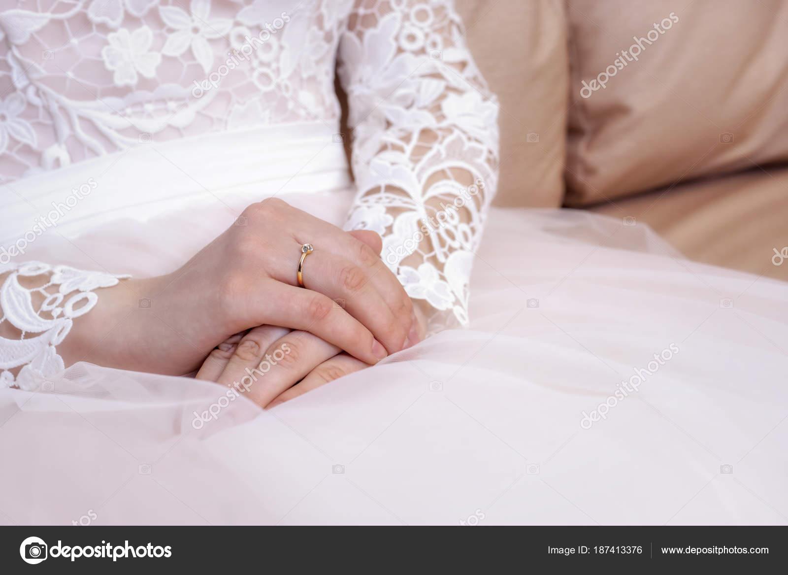 Vestido Manos Novia Boda Blanca Rosa — Foto de stock © sgorin #187413376