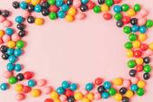 pohled shora uspořádány cukroví izolované na růžové