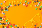 pohled shora karnevalovou maskou a sladkosti, Orange, koncept svátek purim, samostatný