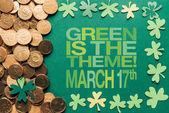 Fotografie Plochá ležel s zlatých a zelených je téma, 17.března nápis na zeleném pozadí