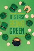 lay s sváteční cukroví a jeho snadné být zeleným písmem izolovaných na zelené