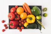 Farmářské trhy koncept s zeleniny a ovoce v tmavé dřevěné krabičce izolovaných na bílém pozadí