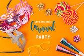 Fényképek lapos feküdt nyalókák és fél objektumok elszigetelt narancs, karnevál koncepció
