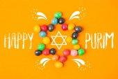 pohled shora hvězdy z sladkosti izolované na oranžovou, koncept svátek purim